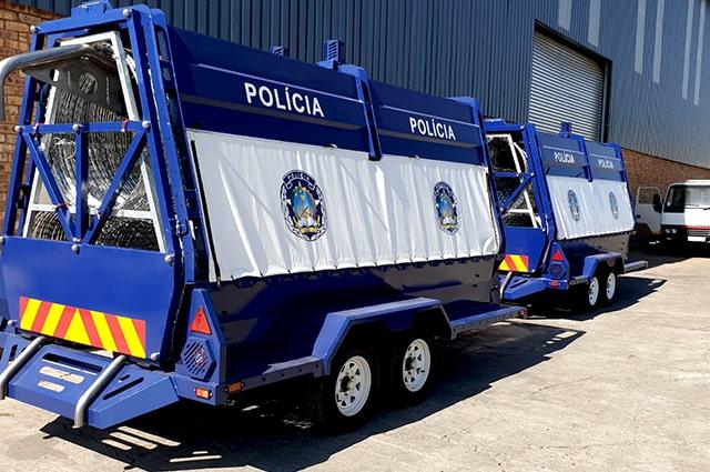 Angola policia razor wire trailers back view