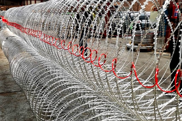 Demonstration concertina razor wire barriers with anti stretching cable
