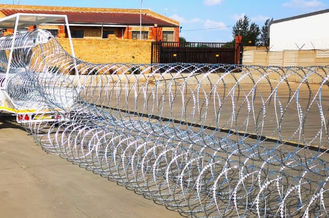 Deploy of razor wire barriers with econo trailer