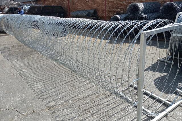 Mobile concertina razor wire barriers