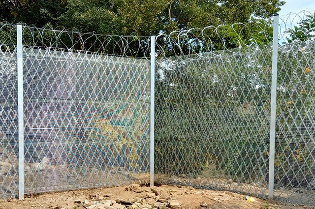 High-security fencing reinforced with razor mesh