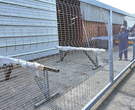 Sliding gate filling clear view mesh